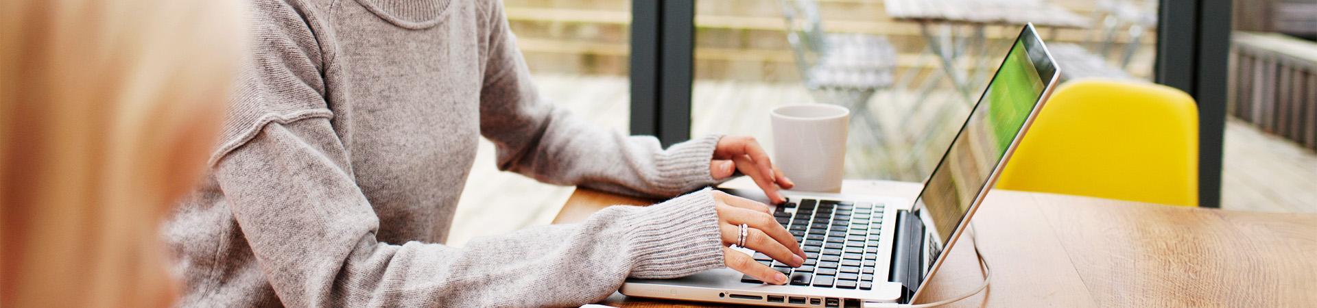 Kobieta korzystająca z laptopa
